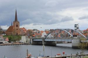 König_Christian_X.-Brücke_und_St._Marie_Kirche_am_18._April_2014,_Bild_03